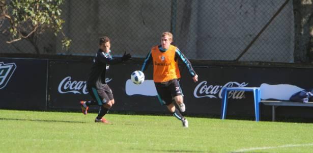 Adílson (de laranja) está na mira do Atlético-MG para 2017