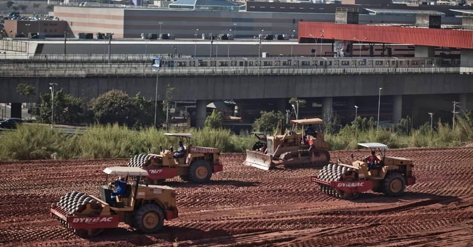 Ao lado de estação do metrô, tratores trabalham na construção do futuro estádio do Corinthians, em Itaquera (05/08/11)
