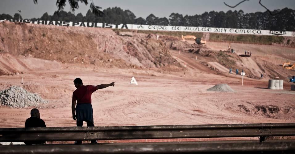 Curiosos observam a construção do futuro estádio do Corinthians, em Itaquera (05/08/11)