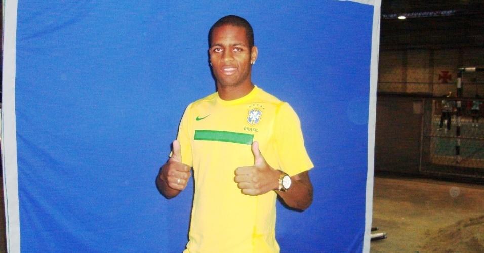 Dedé posa com a camisa da Seleção durante gravação da vinheta da TV Globo