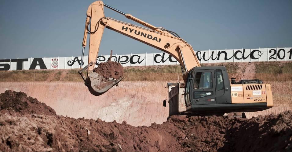 Máquinas trabalham na construção do futuro estádio do Corinthians (05/08/11)