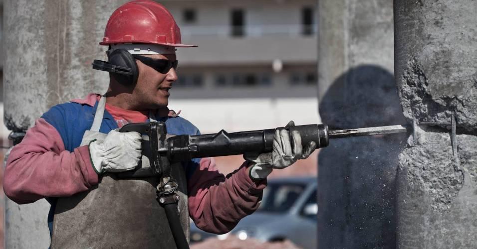 Operário trabalha nas obras do futuro estádio do Corinthians em Itaquera (05/08/11)