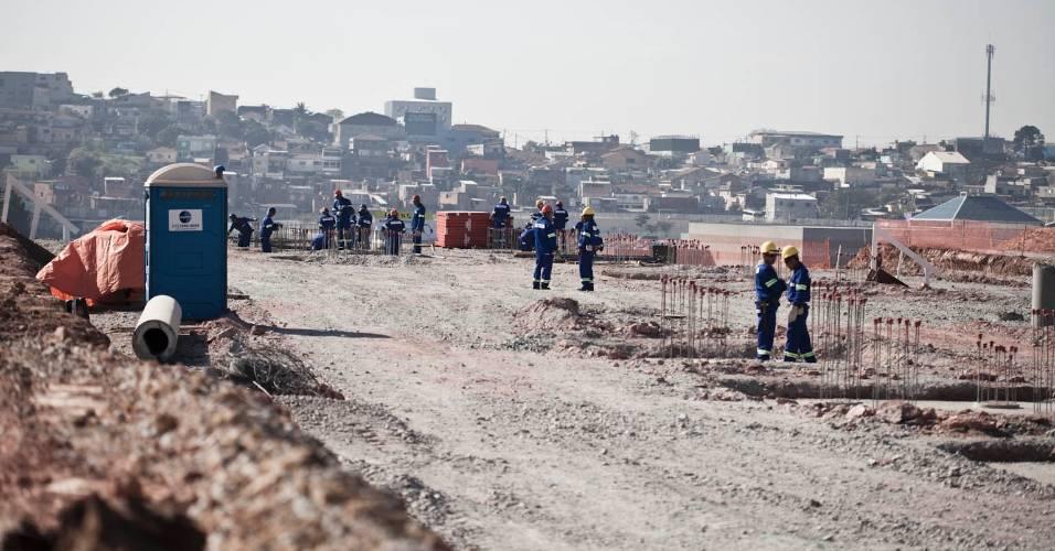 Operários trabalham nas obras do futuro estádio do Corinthians, em Itaquera (05/08/11)