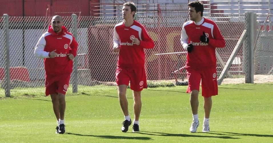 Guiñazu, Mario Bolatti e Sorondo do Inter em treino físico no estádio Beira-Rio (06/08/2011)
