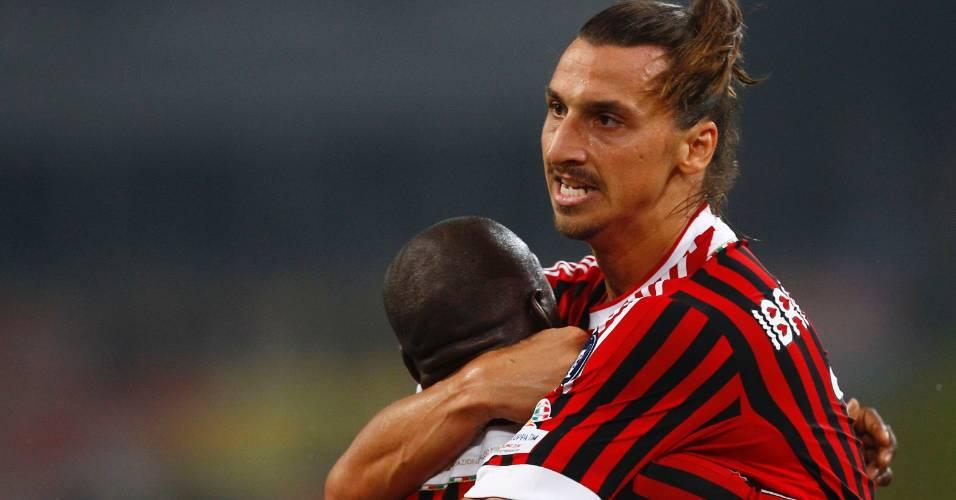 Ibrahimovic abraça o holandês Seedorf após marcar para o Milan em jogada iniciada por Robinho contra a Inter de Milão pela Supercopa (06/08/2011)