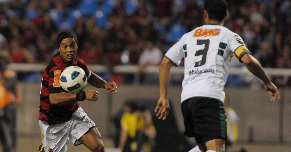 Ronaldinho Gaúcho tenta passar por Jéci durante Flamengo x Coritiba (6/08/2011)