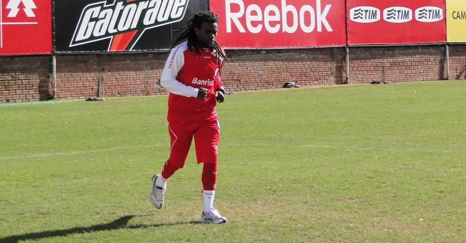 Volante Tinga do Internacional treina em separado na manhã deste sábado no estádio Beira-Rio (06/08/2011)