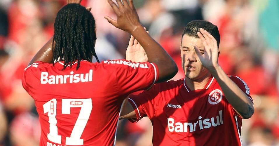 Andrezinho (17) e D'Alessandro celebram gol diante do Cruzeiro, em Porto Alegre (07/08/11)