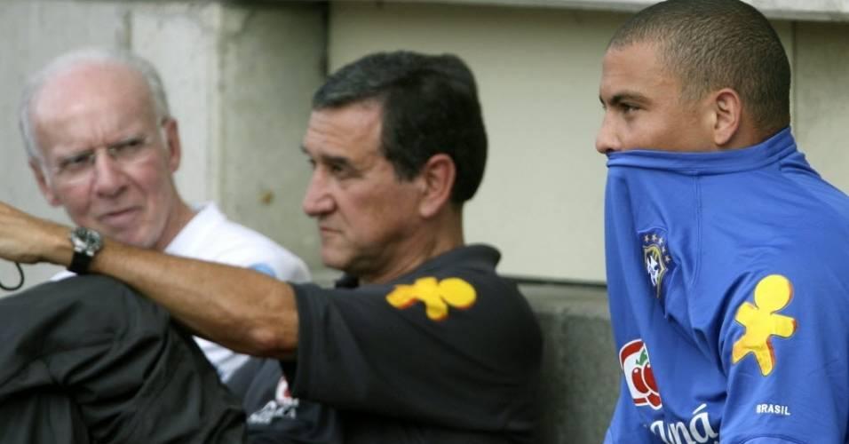 Auxiliar Zagallo, técnico Carlos Alberto Parreira e atacante Ronaldo observam treino da seleção brasileira para a Copa de 2006