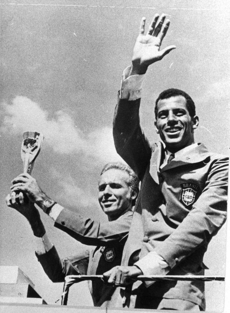 Carlos Alberto Torres e Zagallo (esquerda) após o título da Copa do Mundo na Copa de 1970