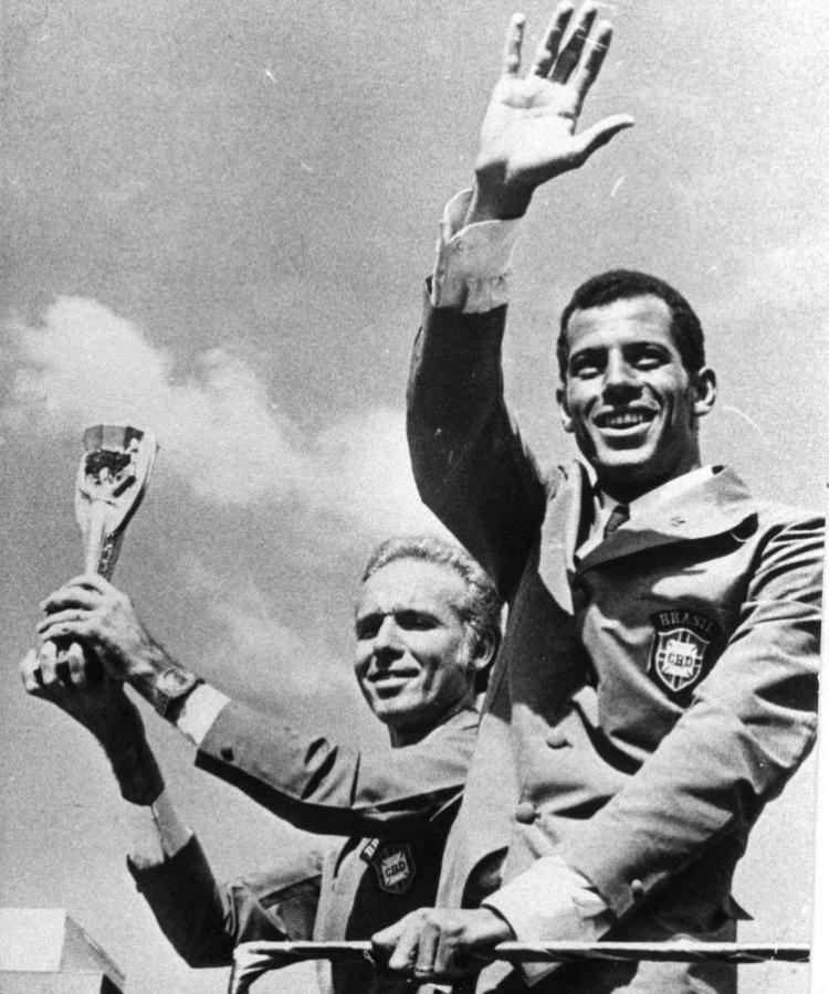 Carlos Alberto Torres e Zagallo posam com a taça Jules Rimet após o tricampeonato no México em 1970