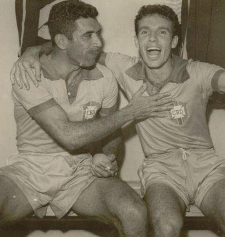 Nilton Santos e Zagallo festejam, no vestiário, a vitória contra a União Soviética na Copa de 1958