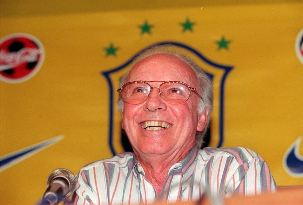 Técnico da seleção brasileira, Mário Jorge Lobo Zagallo, durante entrevista na sede da CBF em 1998