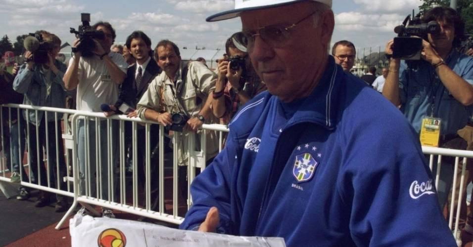 Técnico da seleção brasileira, Zagallo, recebe mensagens de apoio enviadas pela Internet através do Universo Online