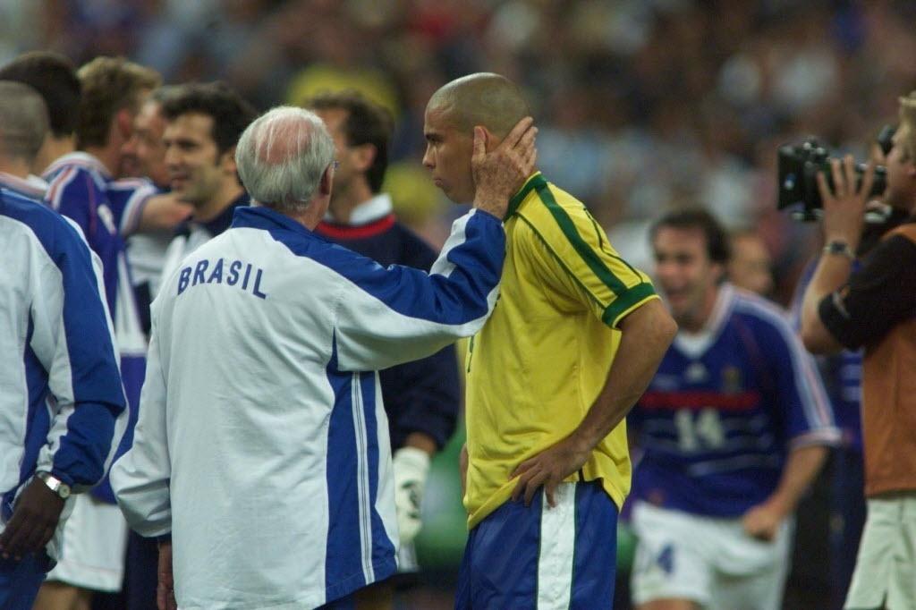 Técnico Zagallo consola Ronaldo após a derrota do Brasil na final da Copa de 1998