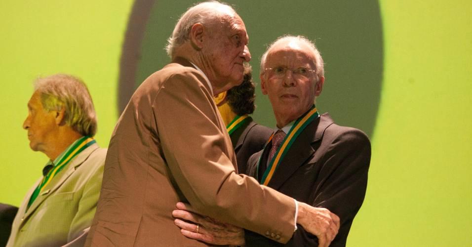 Zagallo abraça João Havelange durante evento no Rio de Janeiro, em 2010