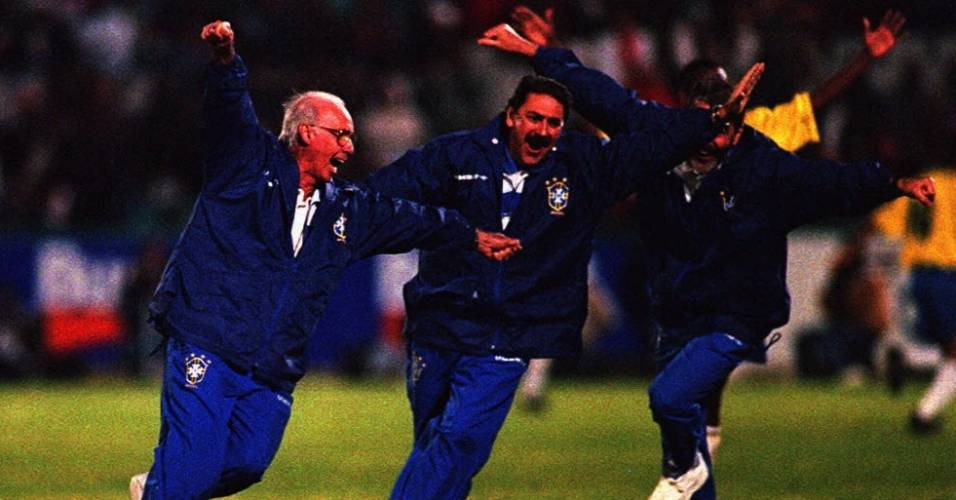 Zagallo comemora com aviãozinho durante a vitória do Brasil sobre a África do Sul por 3 a 2 em 1996