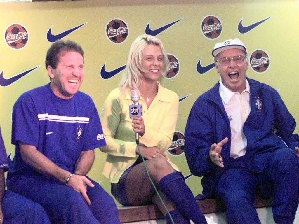 Zagallo e Zico se divertem com a apresentadora Carla Perez em 1998