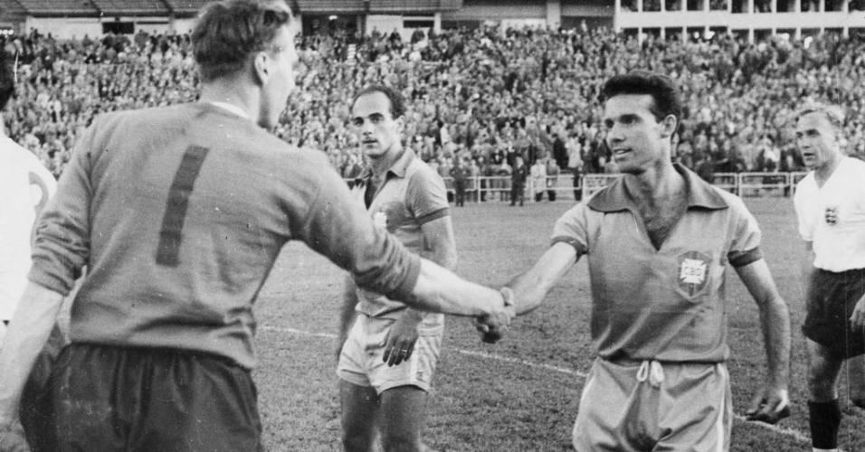 Zagallo, jogador da seleção brasileira, cumprimenta o goleiro inglês McDonald após empate na Copa de 1958