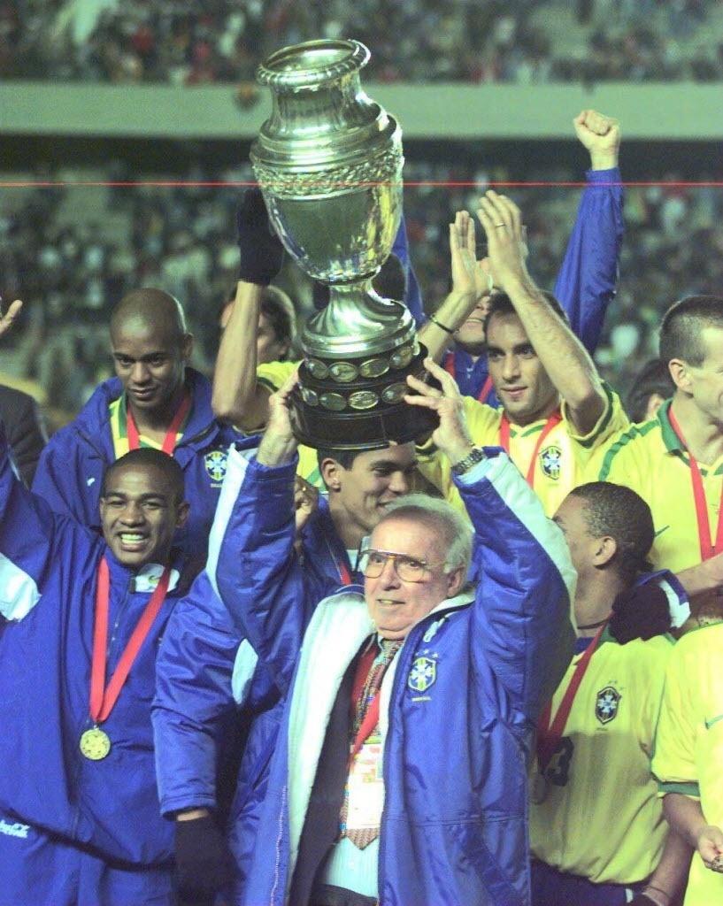Zagallo levanta a taça da Copa América conquistada pela seleção brasileira em 1997