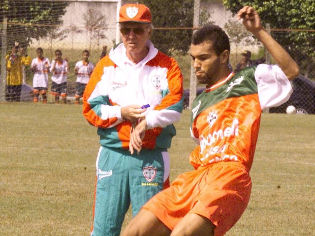 Zagallo orienta zagueiro Emerson em 1999, durante período em que trabalhou na Portuguesa