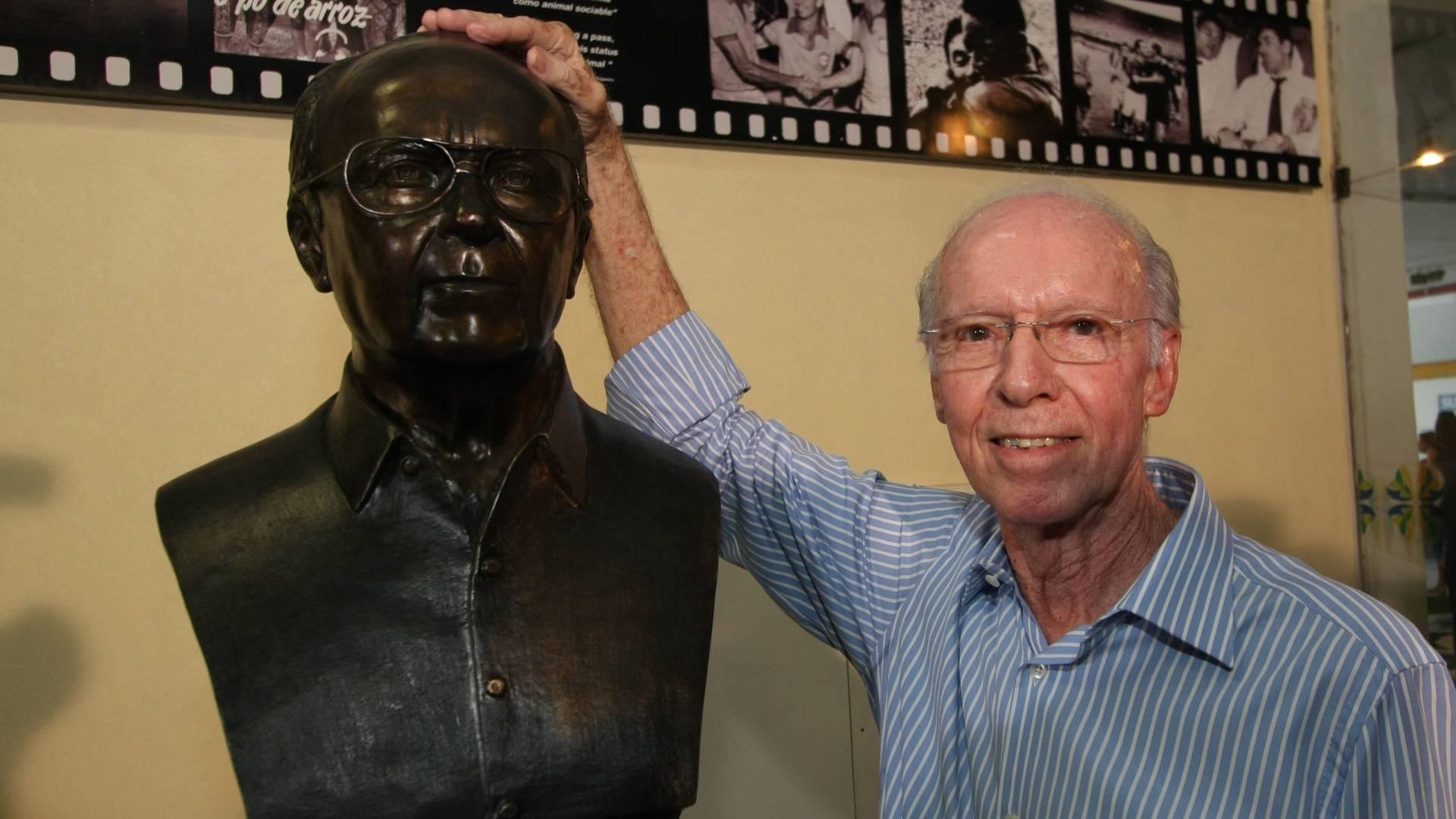 Zagallo posa para foto na reinauguração de seu busto no hall do estádio Maracanã