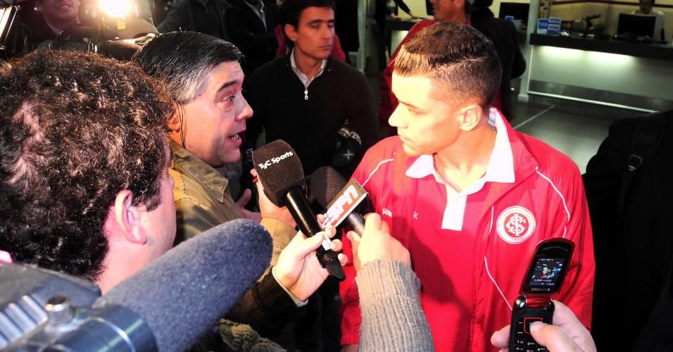 D'Alessandro foi o mais procurado na chegada do Inter a Buenos Aires (09/08/11)