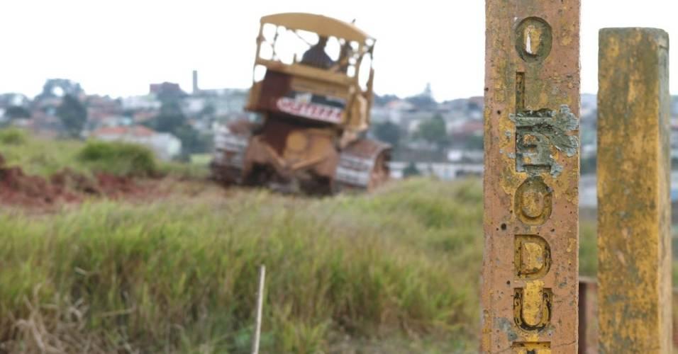 Detalhe mostra indicação de oleoduto no terreno onde está sendo construído o estádio do Corinthians (02/08/2011)
