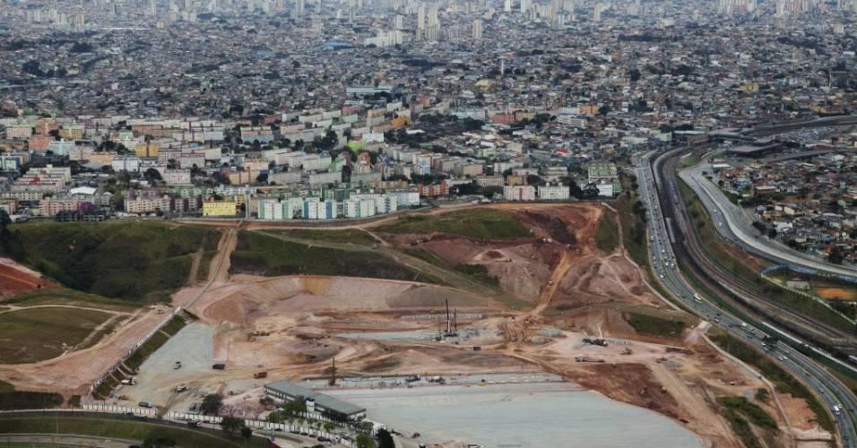 Foto tirada de helicóptero mostra a vista aérea das obras do estádio do Corinthians em Itaquera (03/08/2011)