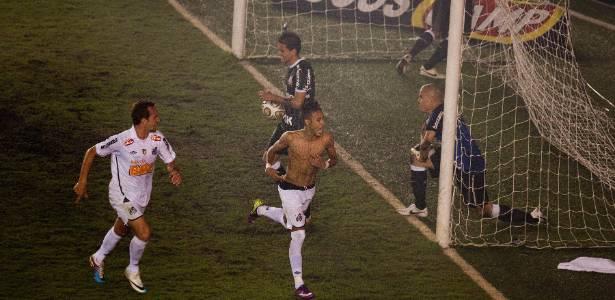 Neymar comemora gol do título paulista de 2011 contra o Corinthians na Vila - Danilo Verpa/Folhapress