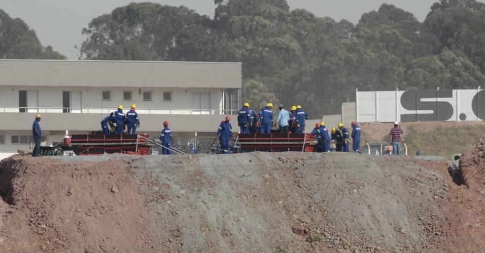 Trabalhadores são vistos em meio às obras do Itaquerão (08/08/2011)