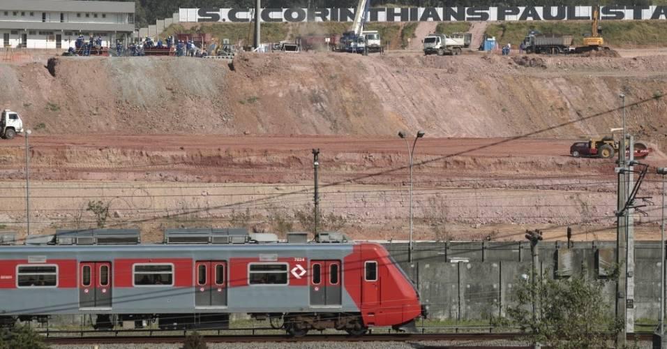 Trem da CPTM passa em frente às obras do estádio do Corinthians em Itaquera (08/08/2011)