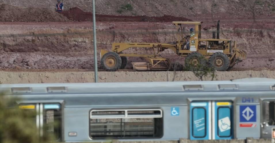 Trem do metrô paulistano passa em frente às obras do estádio do Corinthians em Itaquera (08/08/2011)
