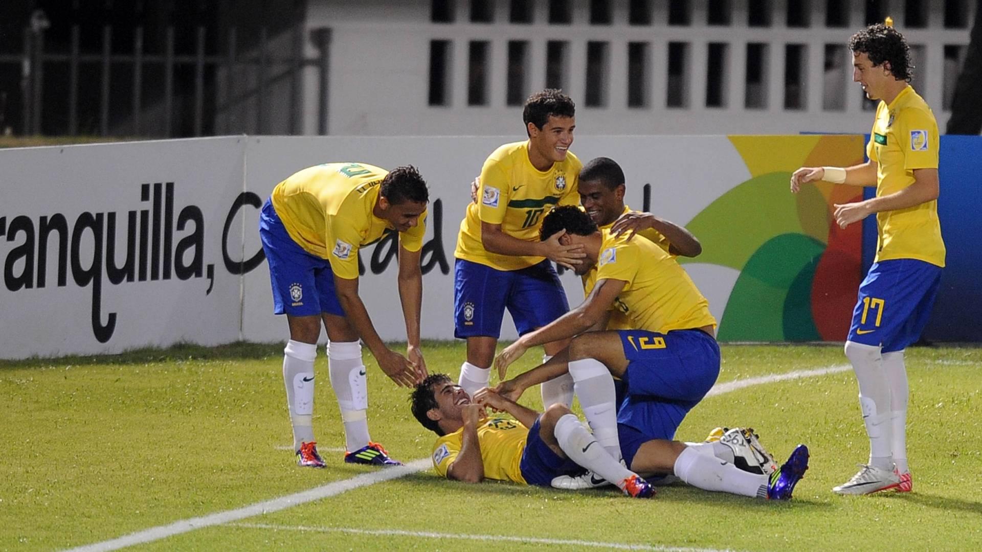 Brasileiros comemoram gol de Henrique contra a Arábia Saudita, pelo Mundial sub-20