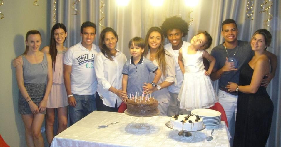 Dentinho, Jadson e Danielle Souza participam de festa para Willian