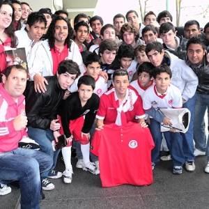Meia D'Alessandro do Inter junto com os jogadores da escolhinha do clube em Buenos Aires - (Ticos de Avellaneda)