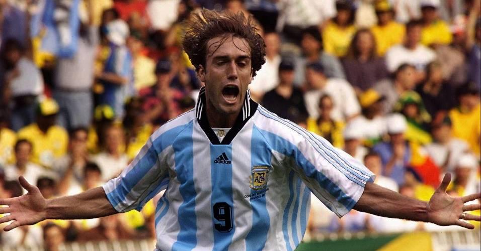 O atacante Gabriel Batistuta comemora um de seus dez gols marcados pela Argentina em Copas do Mundo