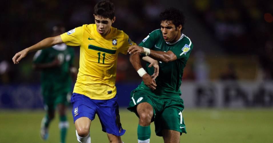 Oscar tenta jogada em partida do Brasil contra a Arábia Saudita pelo Mundial sub-20 (10/08/2011)