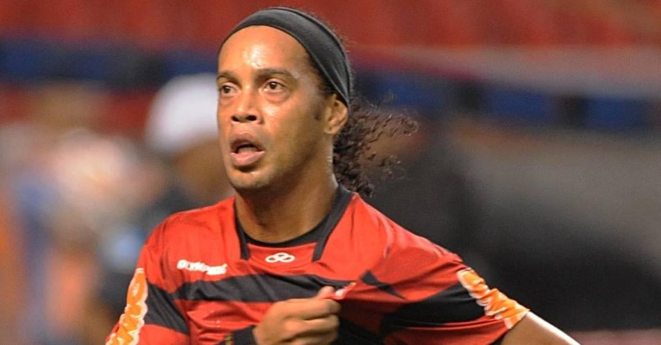 Ronaldinho Gaúcho corre para comemorar gol de pênalti sobre o Atlético-PR (10/08/2011)