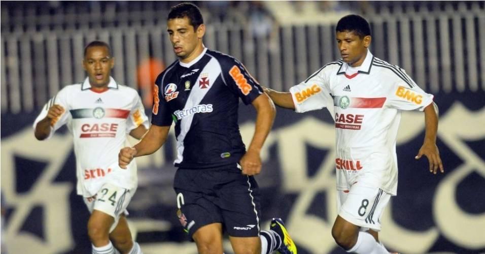 Diego Souza disputa a bola com jogadores do Palmeiras em partida pela Copa Sul-Americana