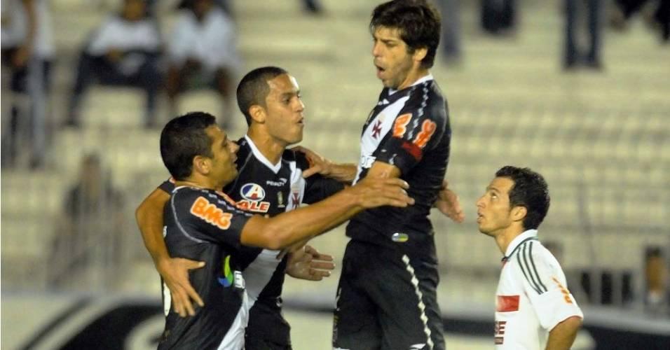 Juninho Pernambucano comemora o primeiro gol do Vasco, marcado por Diego Souza