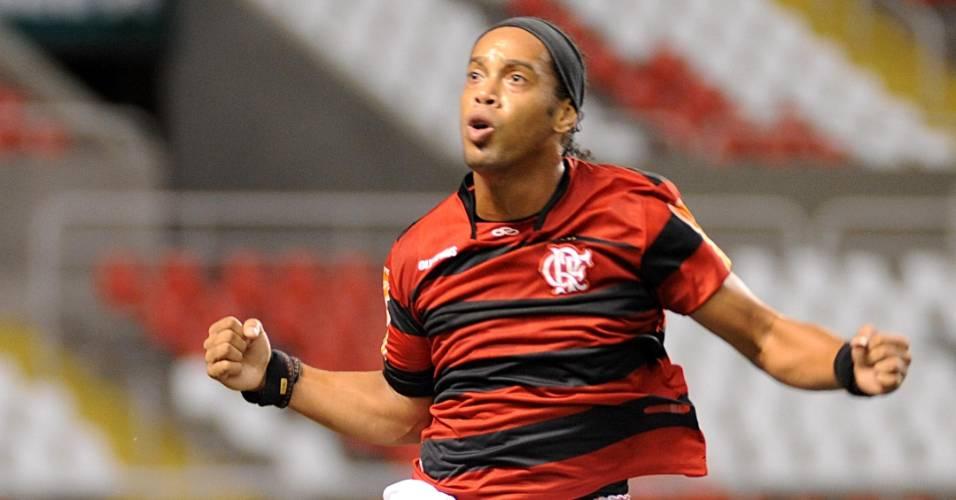 R10 comemora após marcar de pênalti para o Fla em jogo contra o Atlético-PR (10/08/2011)
