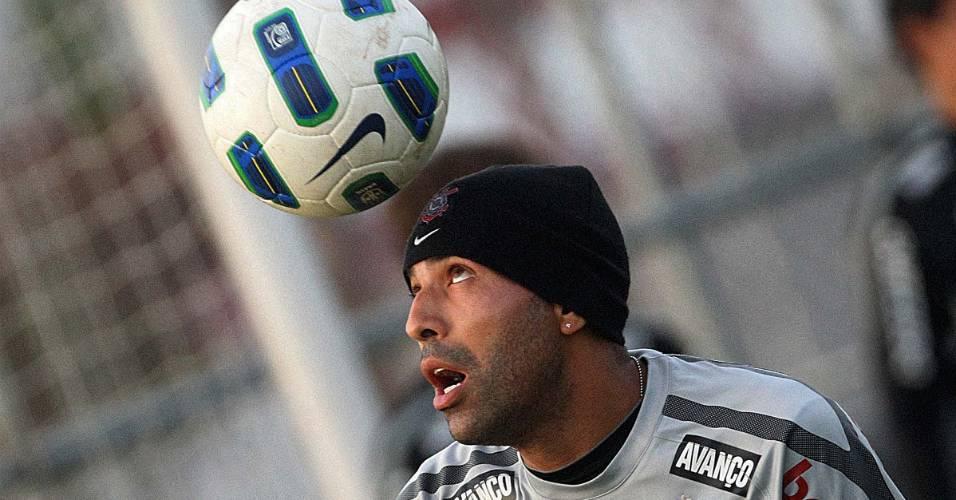 Emerson Sheik controla a bola de cabeça durante treino no Corinthians (10/6/2011)