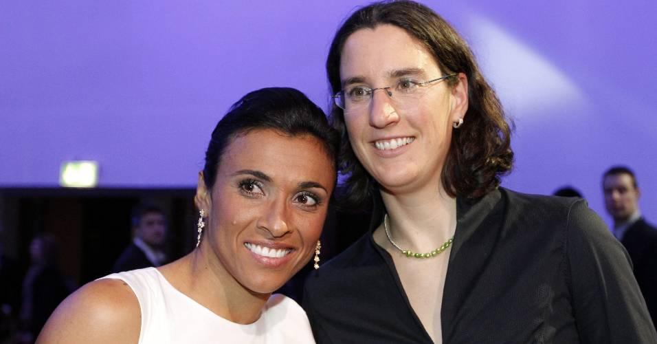 Marta posa ao lado de Birgirt Prinz na premiação de melhor do mundo de 2010 pela Fifa (10/01/2011)