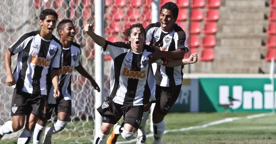Meia Bernard comemora gol na conquista da Taça BH de juniores (7/8/2011)