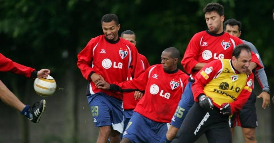 Mineiro disputa bola em treino