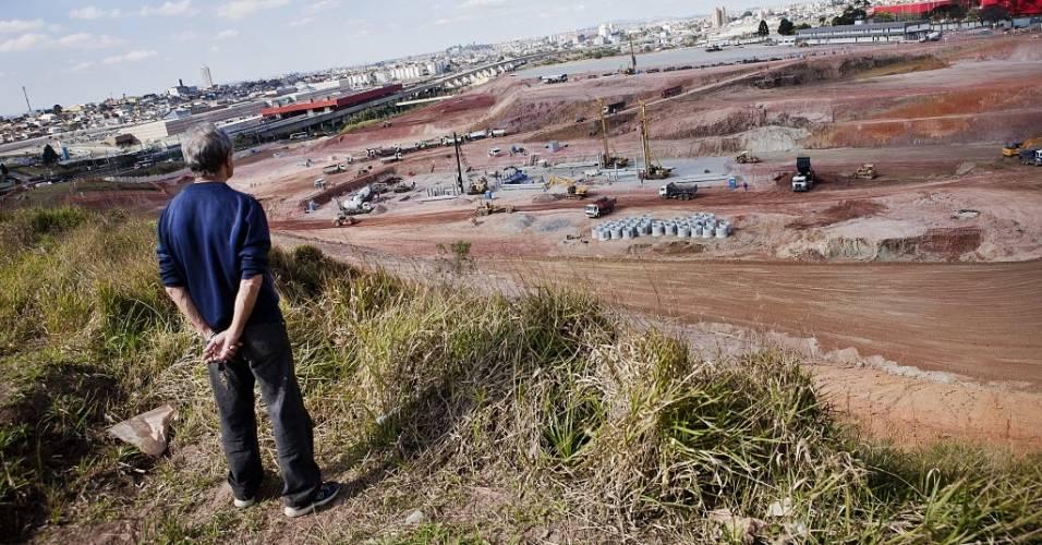 Morador observa andamento das obras do estádio do Corinthians em Itaquera (11/08/2011)