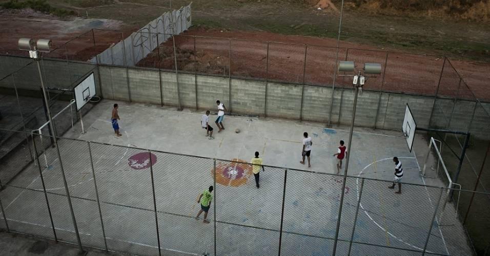 Moradores de condomínio na Cohab 1 jogam partida em quadra de futsal ao lado do terreno das obras do novo estádio do Corinthians (11/08/2011)