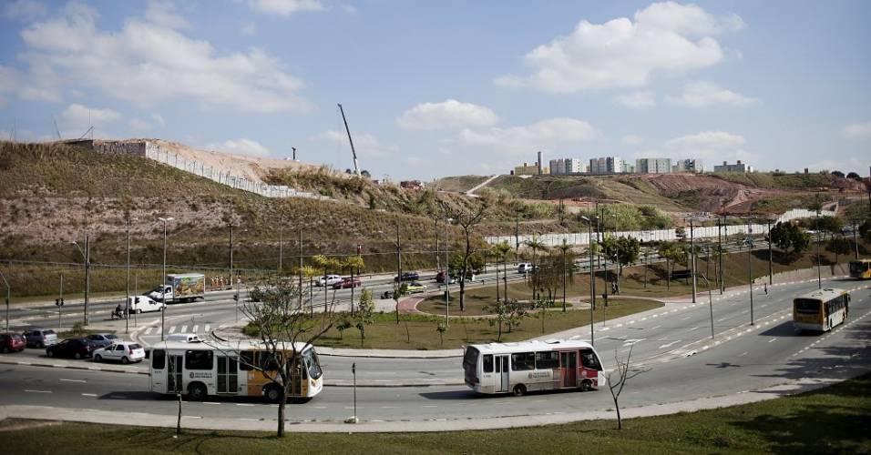 Ônibus circulam nos arredores do local onde está sendo construído o estádio do Corinthians em Itaquera (11/08/2011)