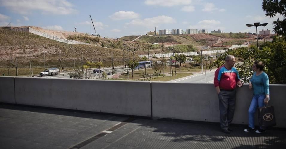 Pessoas conversam em passarela próxima ao local onde está sendo construído o estádio do Corinthians em Itaquera (11/08/2011)